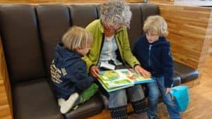 personne-âgée-lisant-à-des-enfants